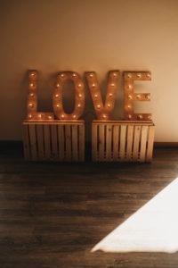 Napis love na przyjęcia. Organizacja ślubu i ozdób weslenych