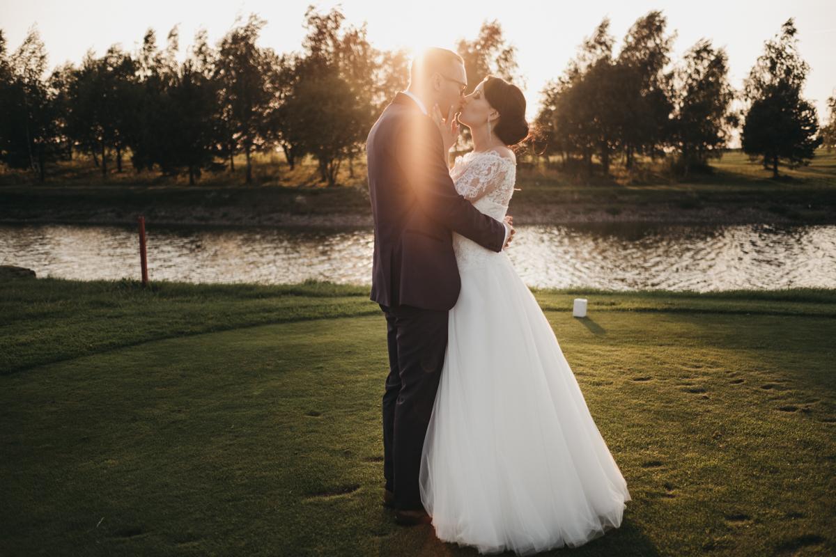 Sesja ślubna na polu golfowym to świetny pomysł!